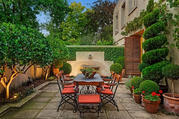 6ed66c357e854957c768b77090247c55--small-backyard-gardens-small-courtyard-gardens